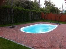 плавальний басейн на задньому дворі