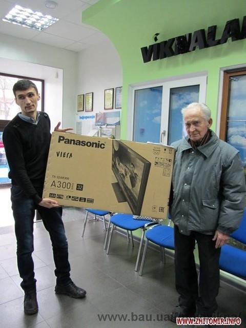Напередодні Нового року житомирянин отримав подарунок від компанії «Нові вікна» - сучасний телевізор