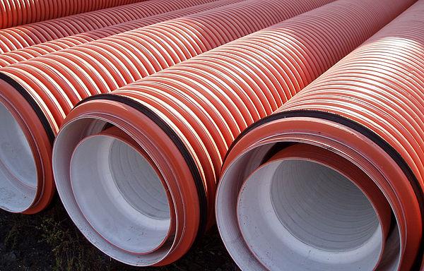 Двухслойные гофрированные канализационные трубы ПВХ пластиковые оранжевые